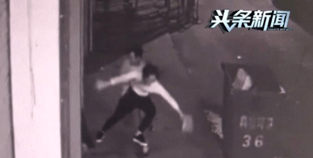 视频:女子凌晨回家遭男子当街拖拽意图不轨