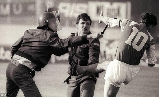 博班在南斯拉夫联赛中与警察冲突