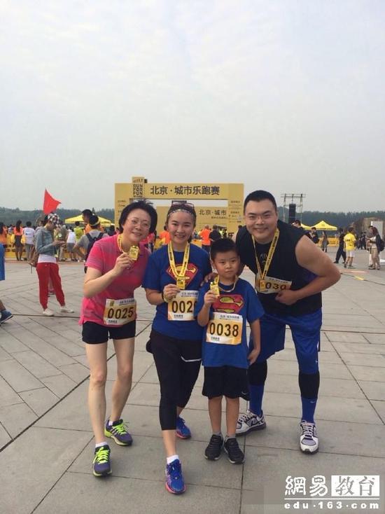 周洲带着儿子跳跳一起跑马拉松,最好的教育是父母为孩子树立榜样