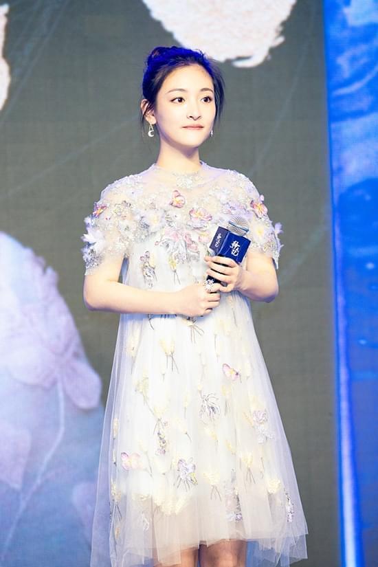 吴倩身穿一袭淡蓝色薄纱连衣裙,逼真的蝴蝶点缀也将她的灵动可爱,体现