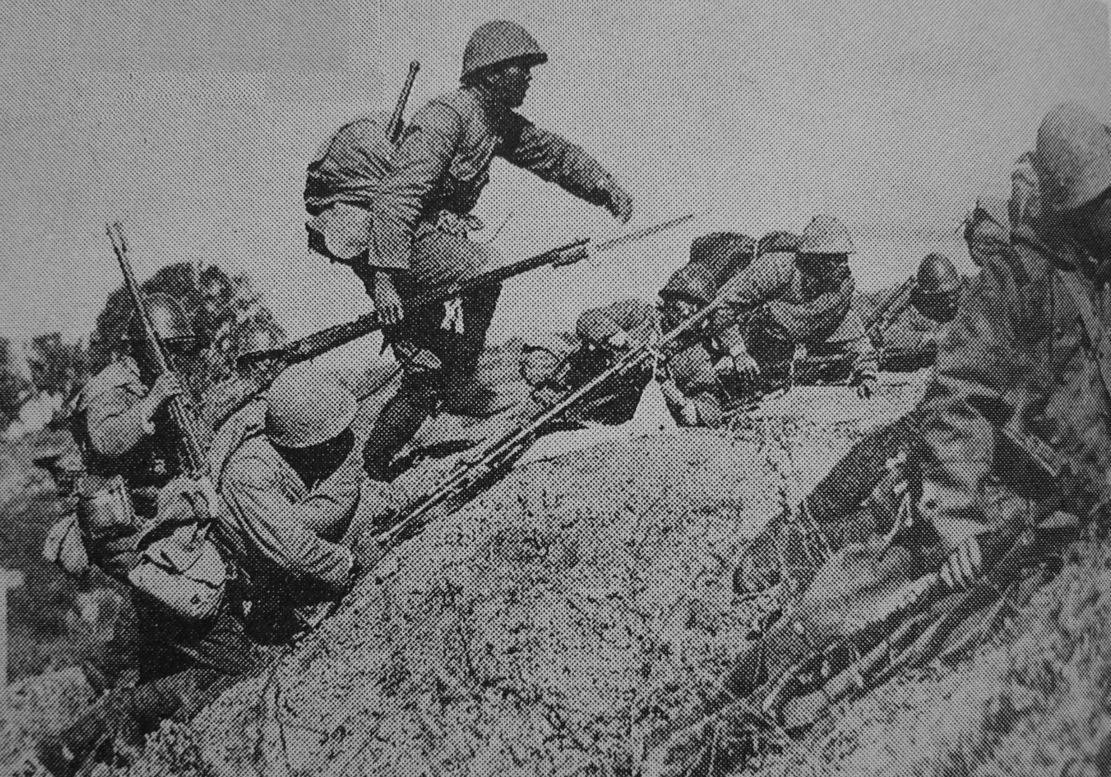 1937 年,在中国大厂的日本第 18 步兵团,他们背着的就是最常见的九九式步枪。/维基百科