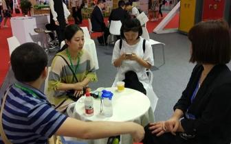 浙江女教师参加展会发现中国地图上缺少台湾省