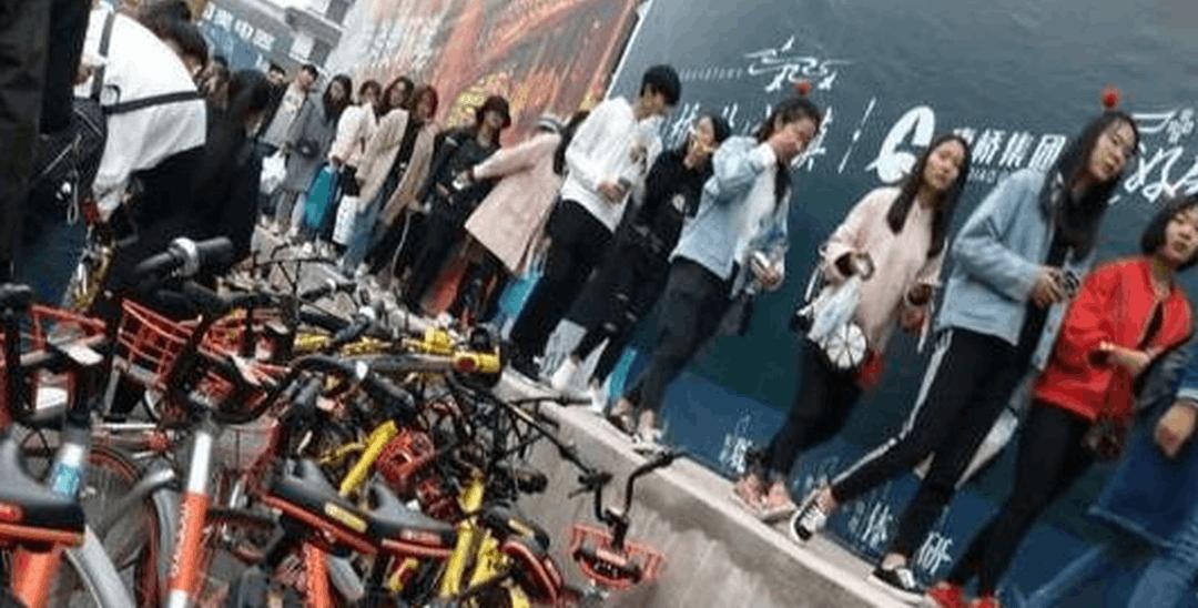 郑州一广场共享单车泛滥 行人被逼上墙