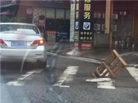 市民为无盖下水井插上木栅栏 提醒过往车辆