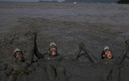 巴西狂欢者乌泥中打滚