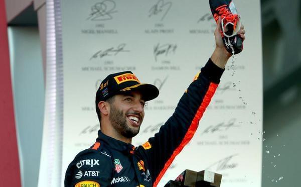 F1巴库里卡多夺冠 捡了皮夹用鞋喝香槟庆祝