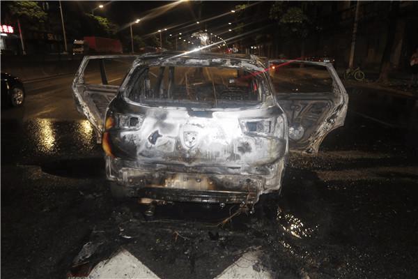东莞男子醉驾撞上防护栏 小车着火被烧得只剩车架