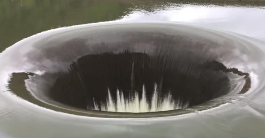 """加州湖泊现""""巨型黑洞""""奇观"""