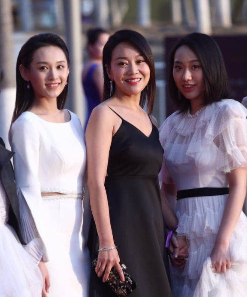 """闫妮携女儿首度亮相北影节红毯 """"黑白配""""造型似姐妹"""