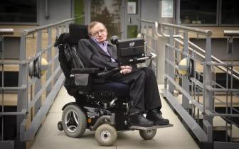 除了宇宙,我们更应该关心霍金轮椅下的路