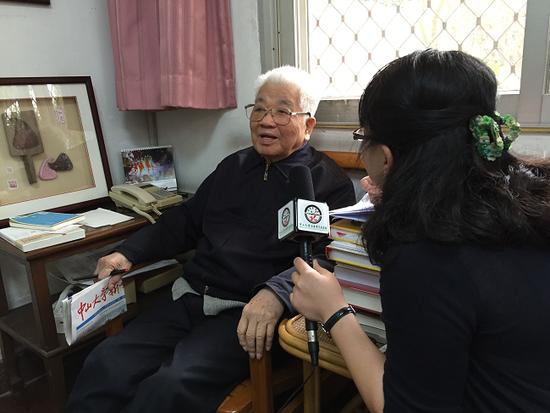 吴老在广州家中接受中大新华校园记者采访
