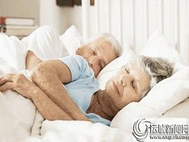 老人选偏硬床垫睡眠更舒适