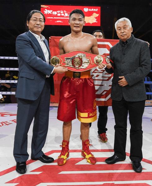 中国拳击协会主席张传良和中拳体育董事长吴迪为王港颁发金腰带
