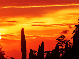 安徽黄山高温催生火烧云 大半个天空被染红