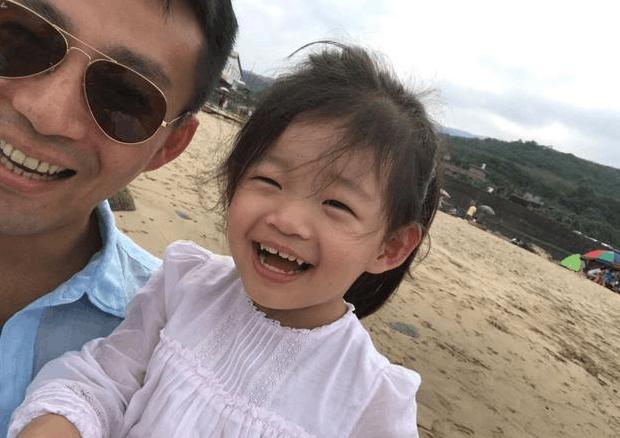 儿子生日汪小菲带女儿去海边 小玥儿太萌啦!