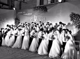 """太原""""和谐号""""车头披红纱 32对新人办集体婚礼"""