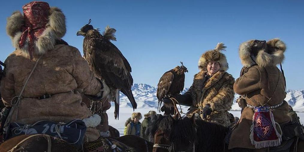 """实拍马背上的驯鹰人""""与鹰共舞"""""""