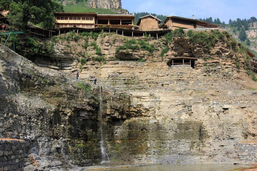 整个村庄悬在空中 处在悬崖之间200年