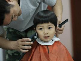 爱心理发师:每月为特殊儿童理发 义举已坚持15个月