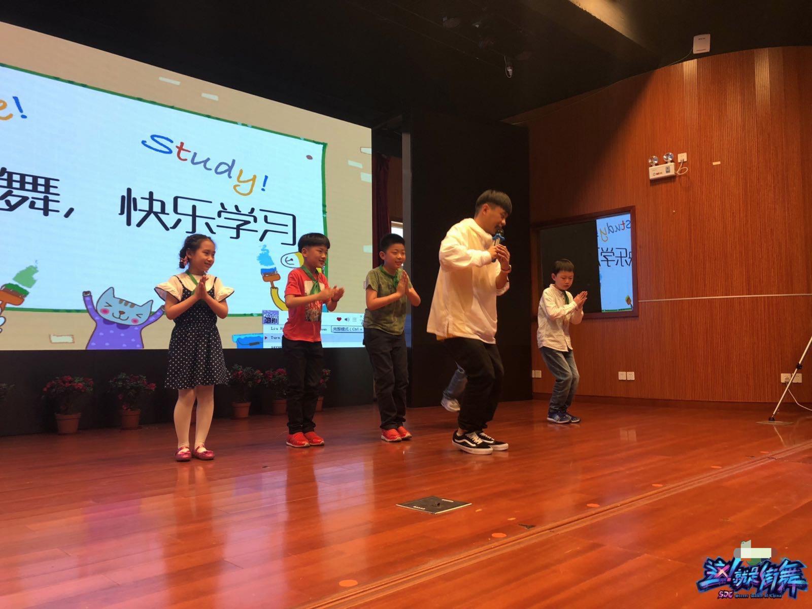 袋鼠携《好汉歌》空降校园 与小学生斗舞传递精神