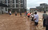 暴雨高校被淹 搭人墙送饭