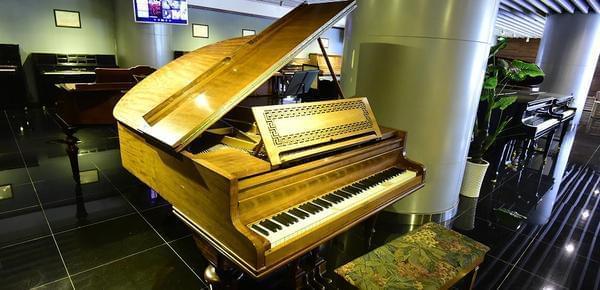 """""""音盲""""博士建钢琴博物馆 一台钢琴值800万"""