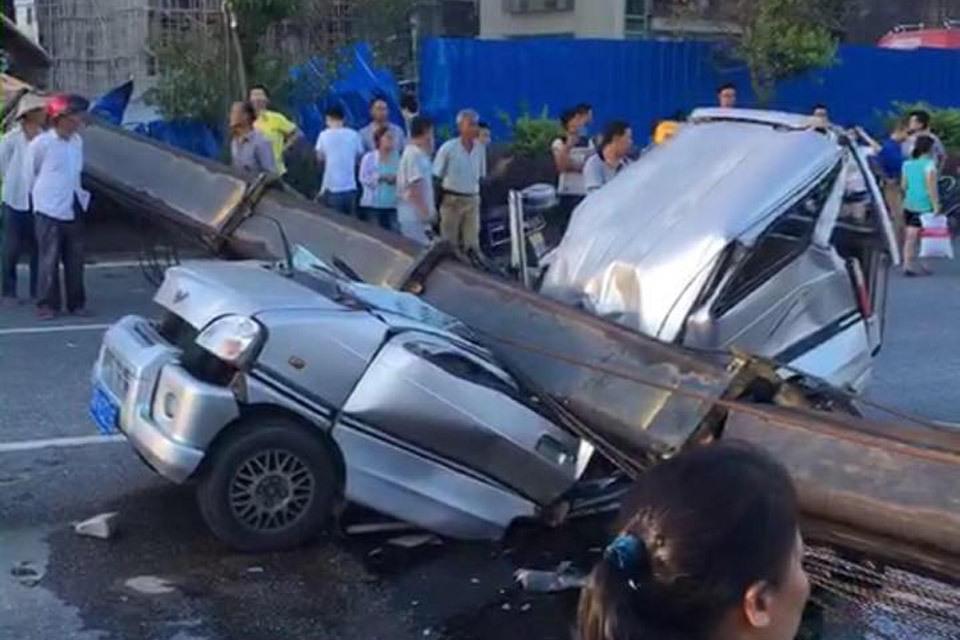 潮汕一吊车侧翻 吊臂砸中小客车致7死3伤
