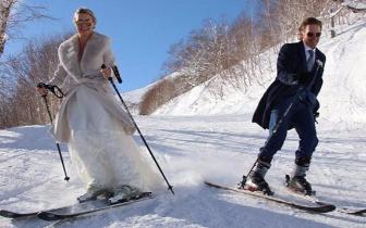 澳大利亚夫妇在滑雪场举行婚礼 新娘穿礼服滑雪