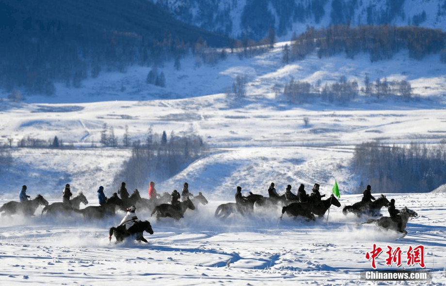 新疆牧民茫茫雪原中策马扬鞭迎新年