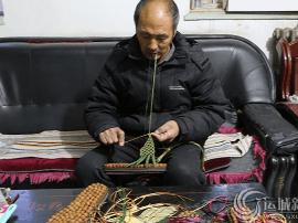 绛县农民:山桃核制成按摩鞋 网上热卖