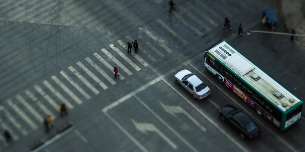 车辆礼让斑马线 行车文明离我们有多远?