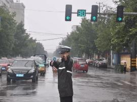 河津市交警雨天保畅通保安全