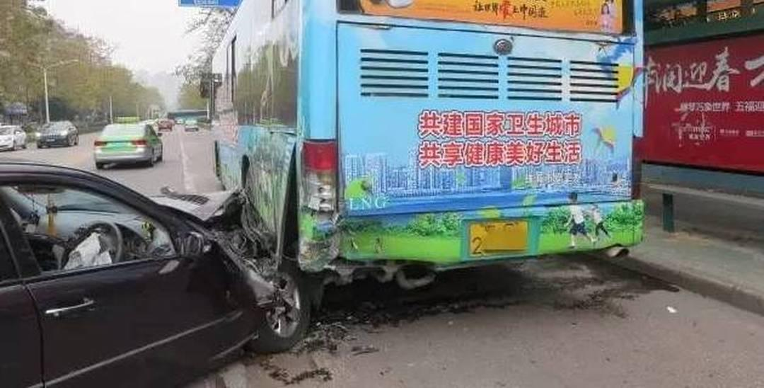 """广东女司机""""神车技"""" 开奔驰铲入公交底"""