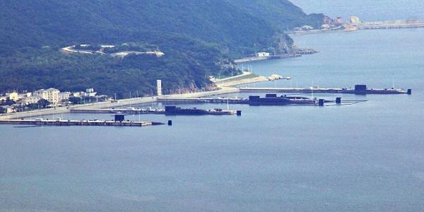 疑093B型现身:中国海军5条核潜艇结伴晒太阳