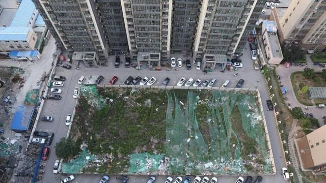 """郑州一小区交房七年 中心仍是""""垃圾坑"""""""