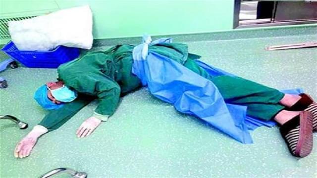 孝感一医生连做4台手术 又困又饿睡倒在地板上