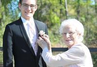 美国高中生邀请93岁祖母当其毕业舞会舞伴