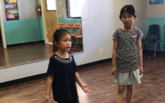 美华裔青少年参加剧社学习中文 了解中国传统文化