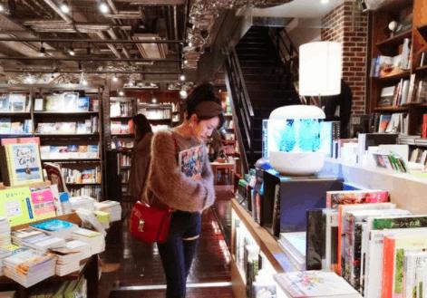 阔太李念逛书店被抓拍 扎马尾打扮青春似少女