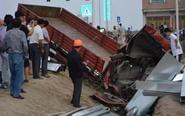 信号灯故障致两车相撞 货车驾驶室被撞瘪