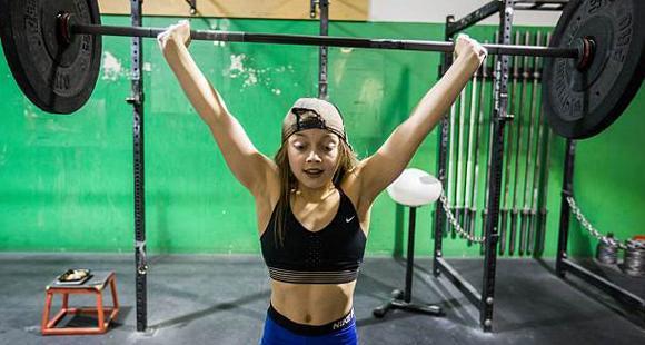 10岁女孩练举重4年 可举90斤杠铃
