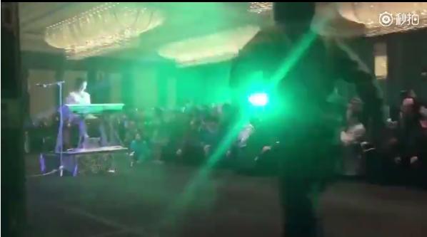 玖月奇迹表演到一半 陌生男子冲上台欲偷袭王小玮