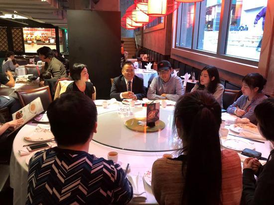 金吉列在墨尔本唐人街与澳洲留学生代表共进晚餐