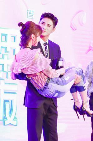 姜潮公主抱毛晓彤 !《我的机器人男友》 开机