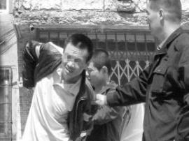 佛山警察抓偷车贼遭持刀反抗 三人身上布满鲜血