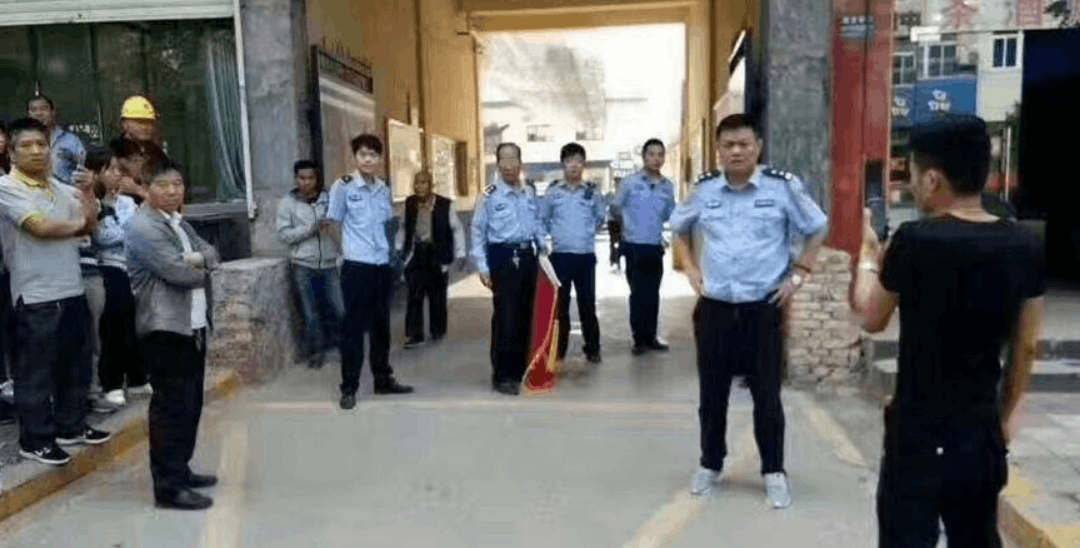 """男子送交警""""以权谋私""""锦旗被刑拘5日"""