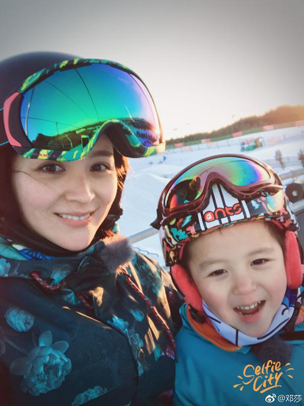 邓莎《妈超3》陪大麟子户外滑雪 教育观念获点赞
