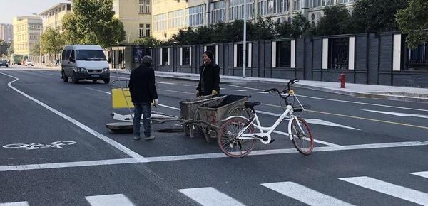 杭州共享单车新用途:充当施工路障