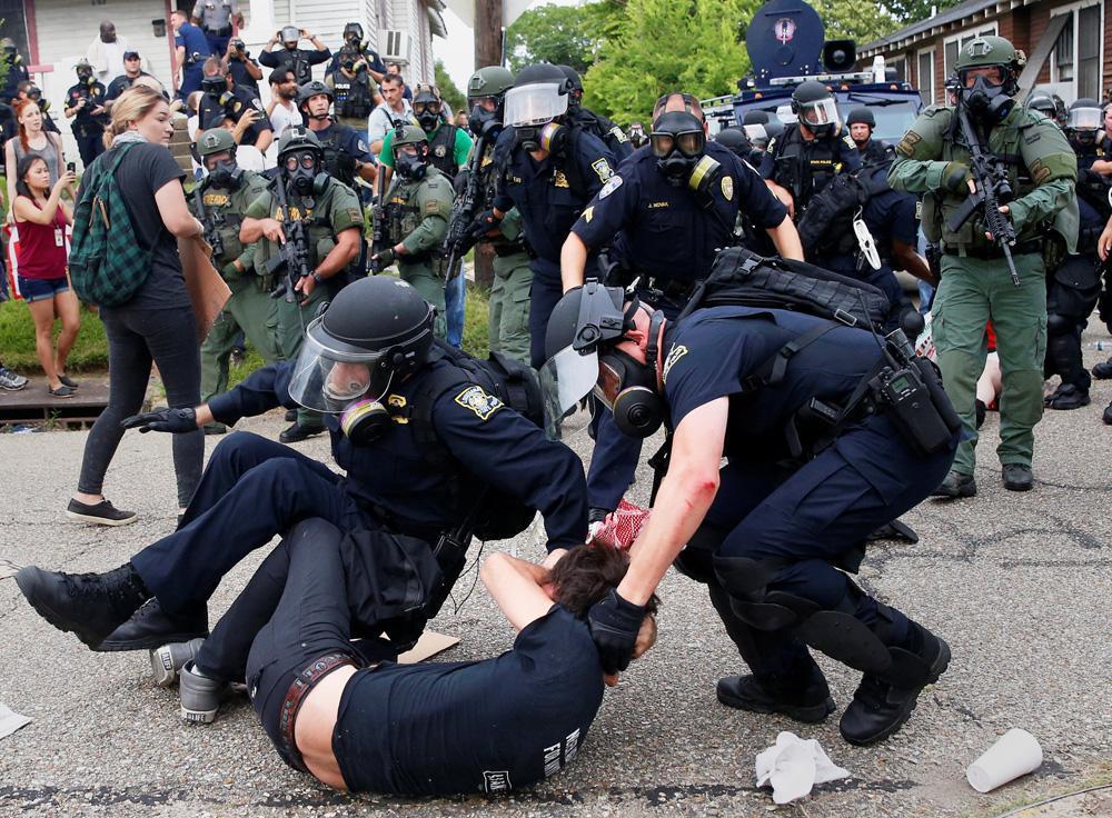 被锁喉致死,玩手机遭扫射20枪,美国黑人这么招白人警察恨?
