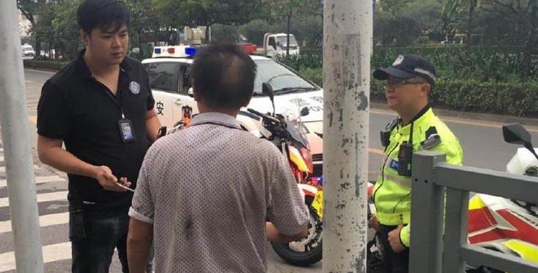 深圳男子在机动车道上行走 要回家却不清楚地址